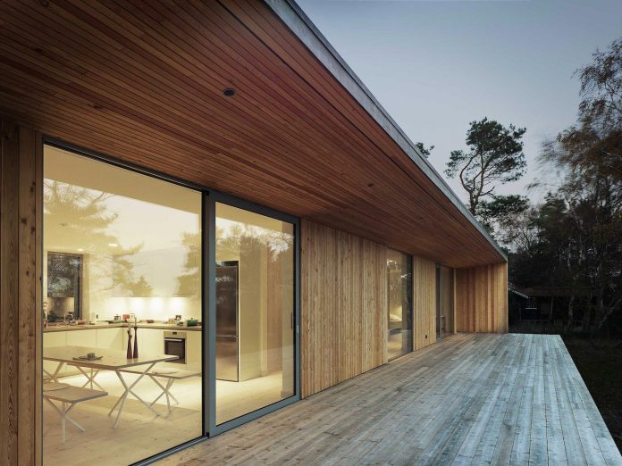 wood-glass-frame-summer-house-surrounded-woods-swedens-southern-coast-10