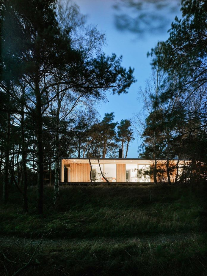 wood-glass-frame-summer-house-surrounded-woods-swedens-southern-coast-11