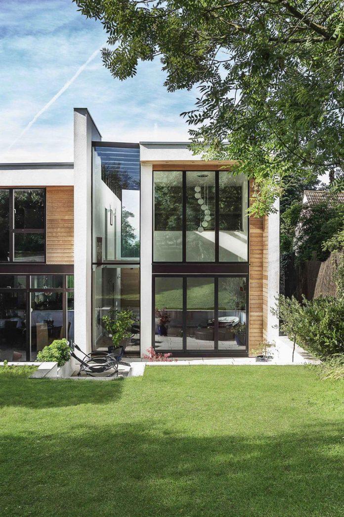 2-storey-family-home-glazed-atrium-brings-light-deep-house-03