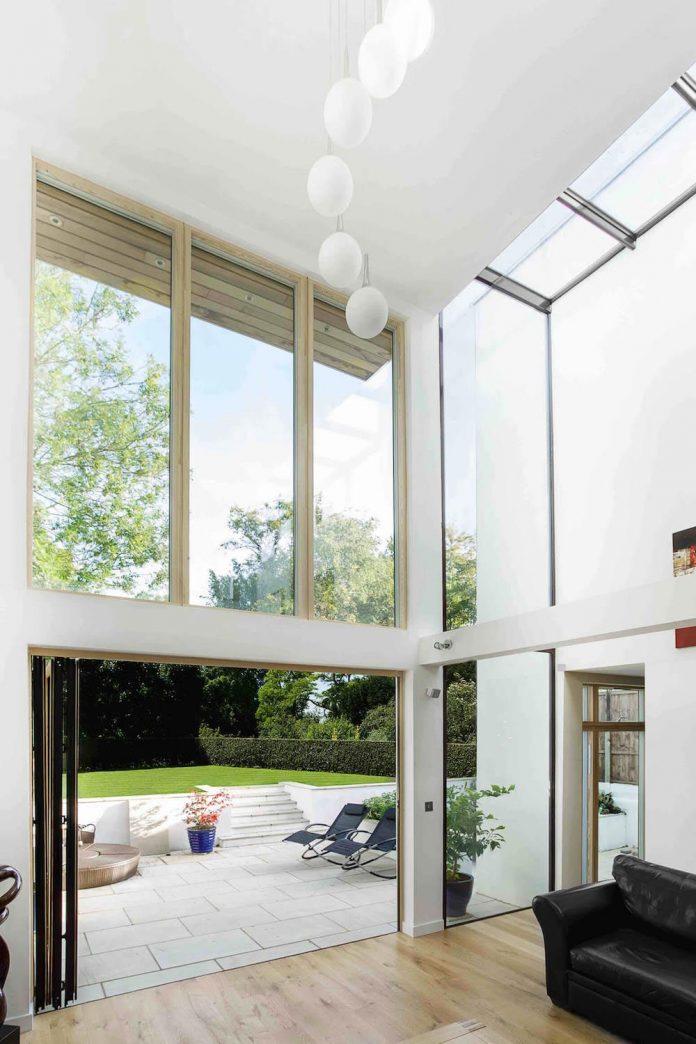 2-storey-family-home-glazed-atrium-brings-light-deep-house-07