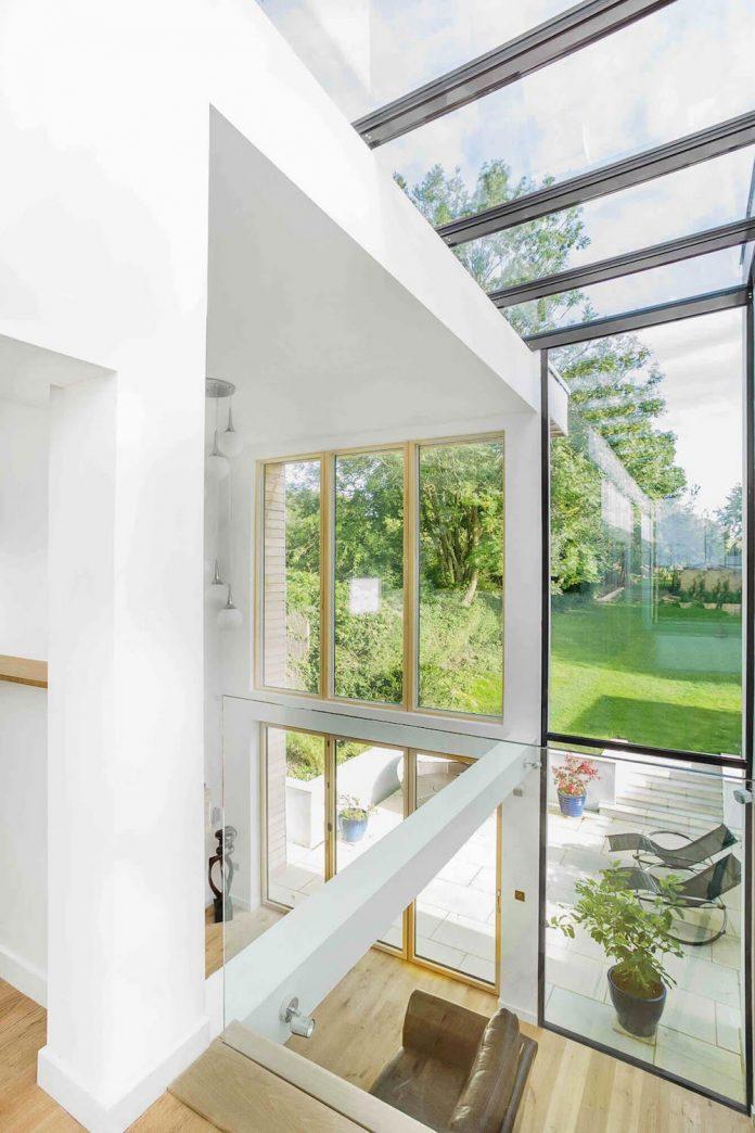 2-storey-family-home-glazed-atrium-brings-light-deep-house-08