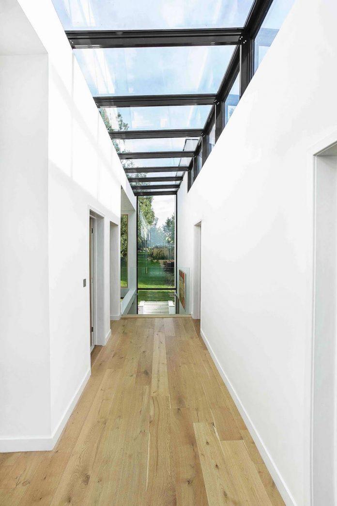 2-storey-family-home-glazed-atrium-brings-light-deep-house-09
