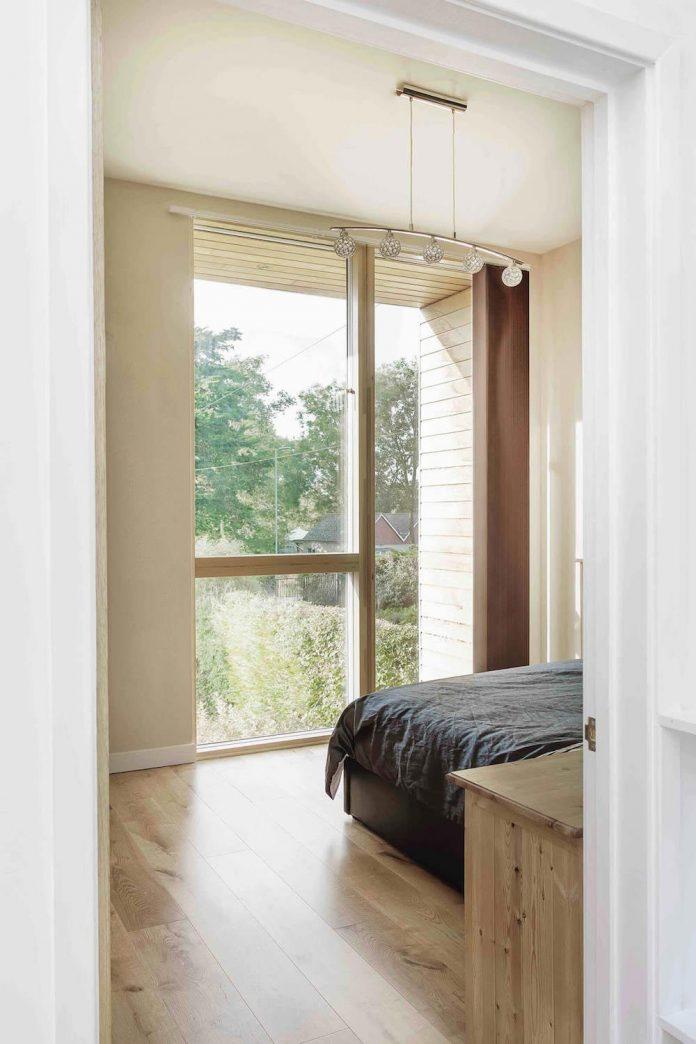 2-storey-family-home-glazed-atrium-brings-light-deep-house-11