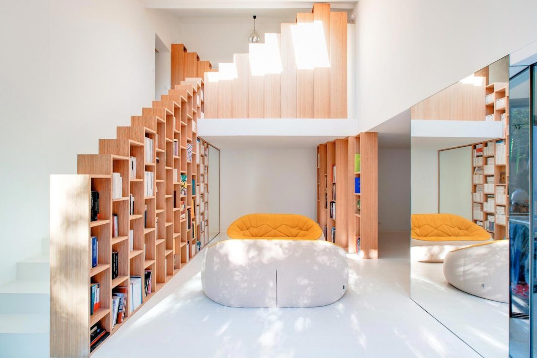 Bookshelf House: a bright and playful home outside Paris