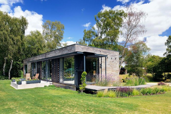 bright-bespoke-contemporary-mobile-dwelling-set-middle-forrest-04