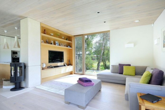bright-bespoke-contemporary-mobile-dwelling-set-middle-forrest-09
