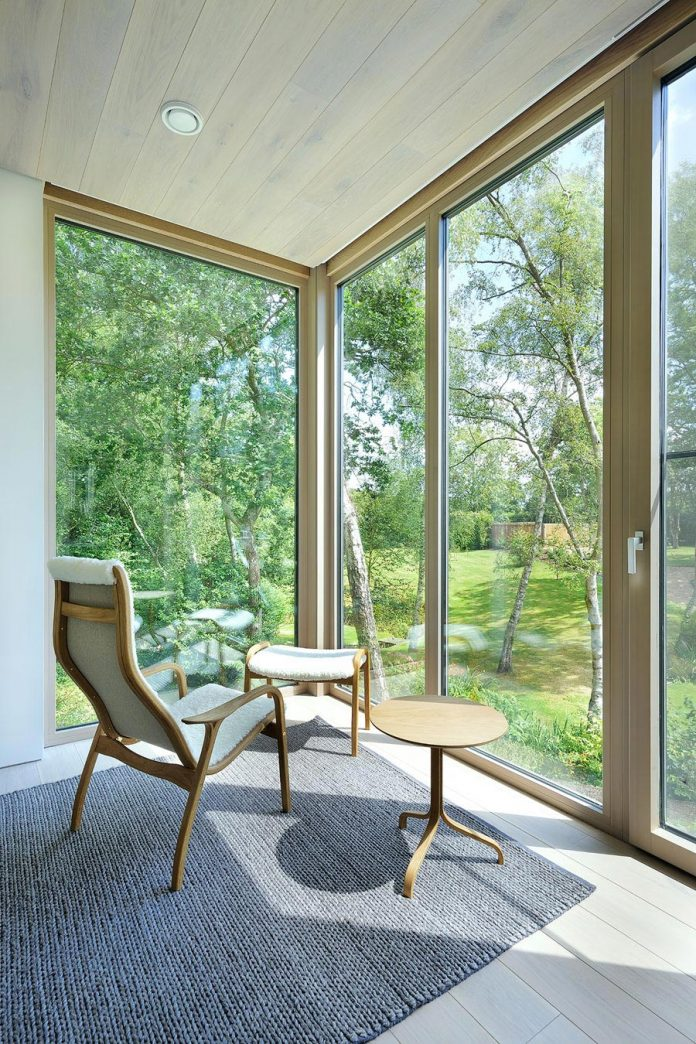 bright-bespoke-contemporary-mobile-dwelling-set-middle-forrest-14