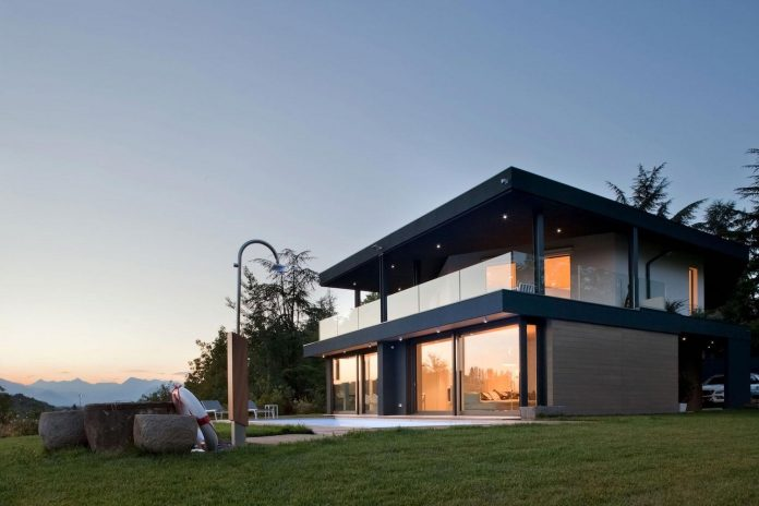 Complex geometry in a new two levels house flood with for Case moderne bianche