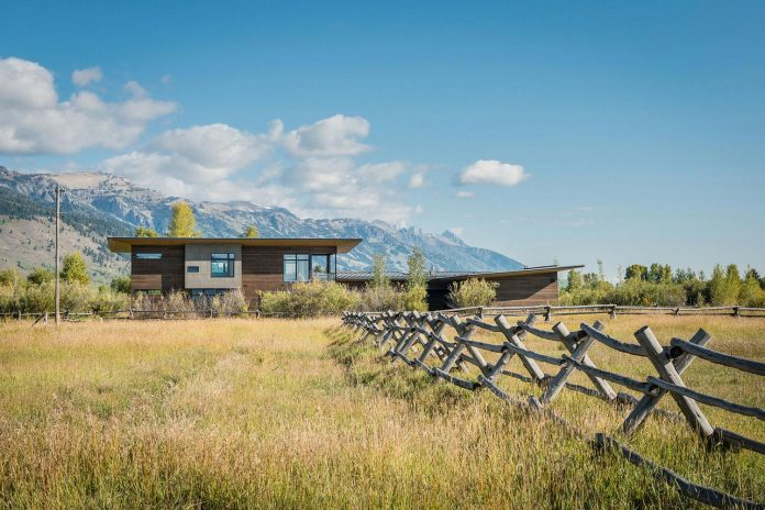 contemporary-mountain-house-set-flat-open-grassy-site-jackson-hole-wyoming-01