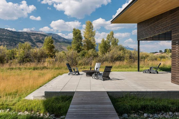 contemporary-mountain-house-set-flat-open-grassy-site-jackson-hole-wyoming-04