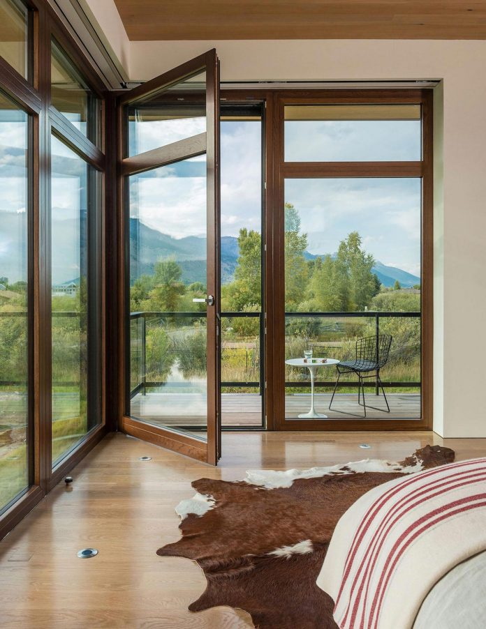contemporary-mountain-house-set-flat-open-grassy-site-jackson-hole-wyoming-17
