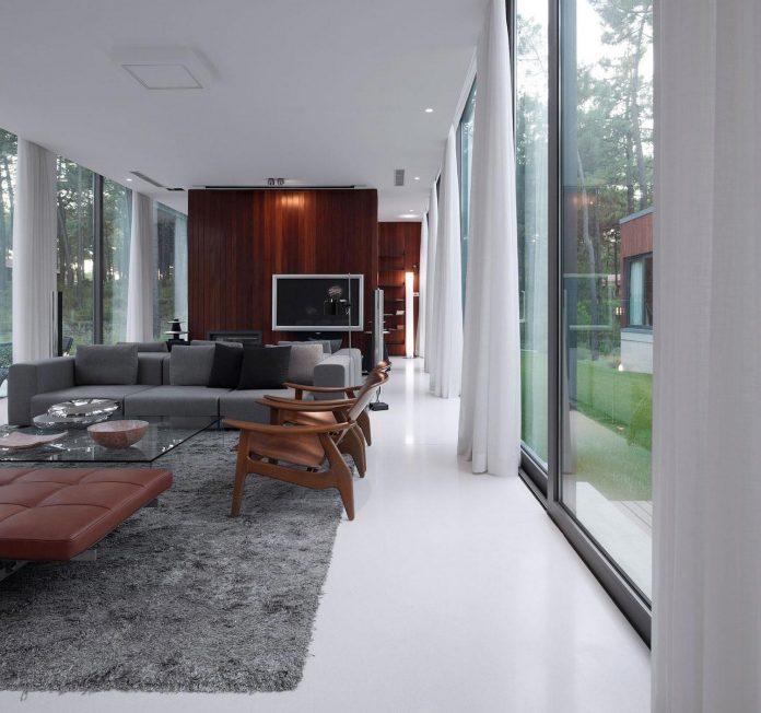 contemporary-residence-located-hexagonal-plot-dense-pine-forest-05