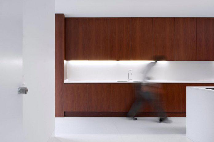contemporary-residence-located-hexagonal-plot-dense-pine-forest-08