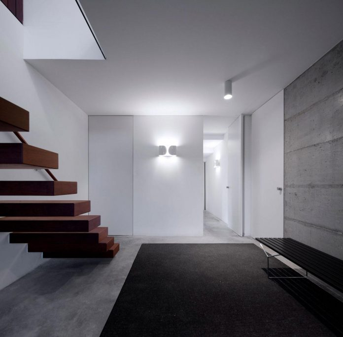 contemporary-residence-located-hexagonal-plot-dense-pine-forest-09