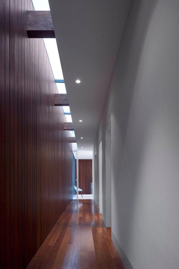 contemporary-residence-located-hexagonal-plot-dense-pine-forest-11