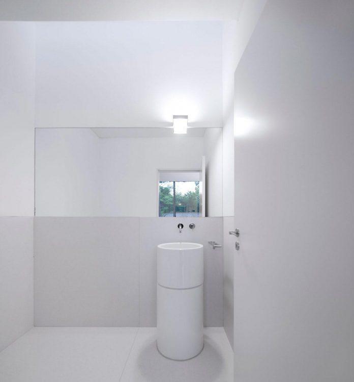 contemporary-residence-located-hexagonal-plot-dense-pine-forest-13