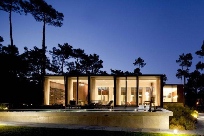 contemporary-residence-located-hexagonal-plot-dense-pine-forest-16