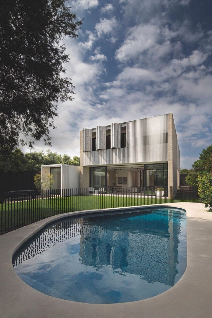 hiding-house-contemporary-compact-house-features-reduce-energy-use-01