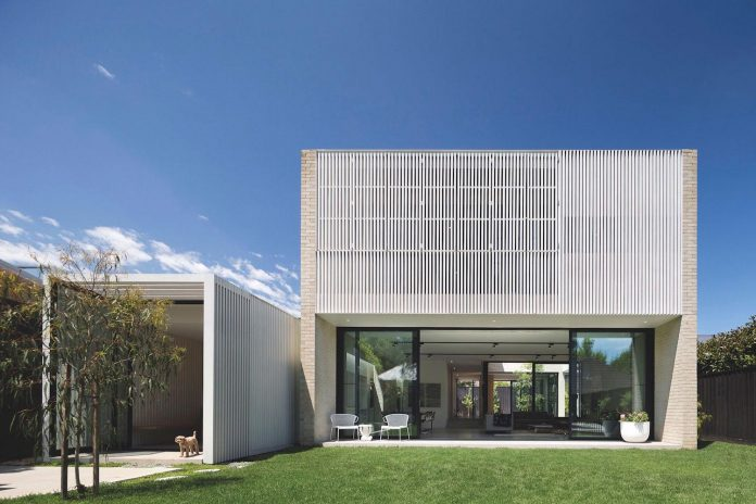 hiding-house-contemporary-compact-house-features-reduce-energy-use-02