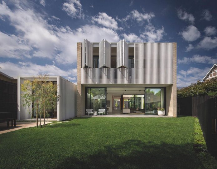 hiding-house-contemporary-compact-house-features-reduce-energy-use-03