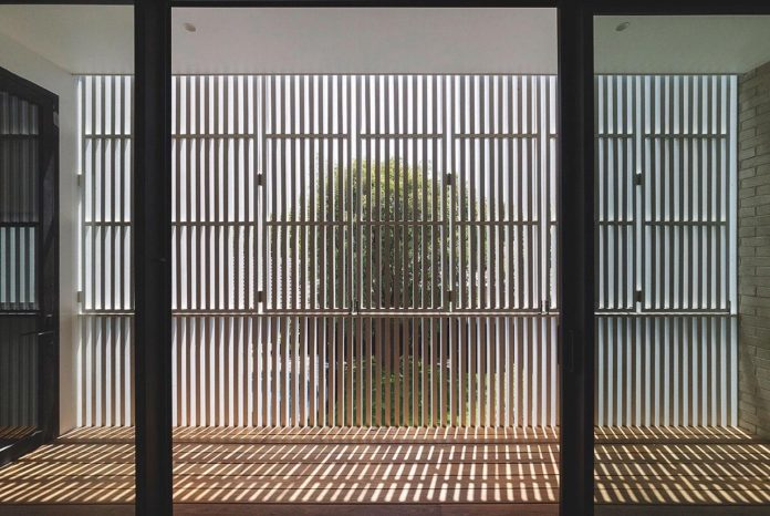 hiding-house-contemporary-compact-house-features-reduce-energy-use-04