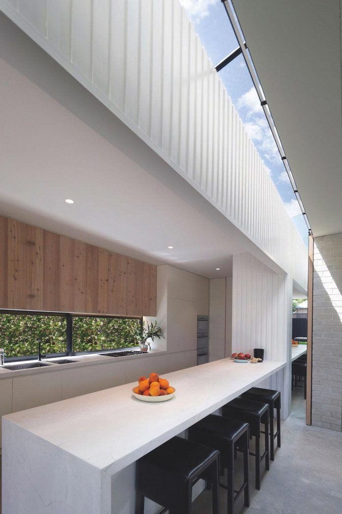 hiding-house-contemporary-compact-house-features-reduce-energy-use-07