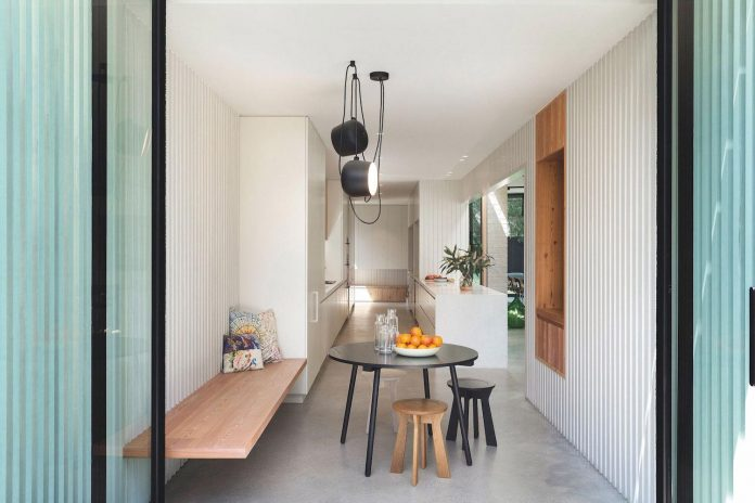 hiding-house-contemporary-compact-house-features-reduce-energy-use-08