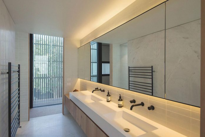 hiding-house-contemporary-compact-house-features-reduce-energy-use-09