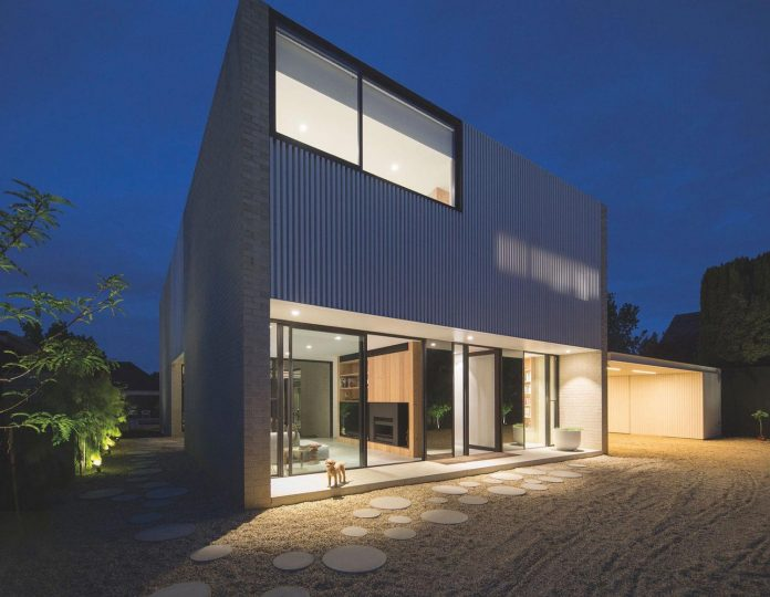 hiding-house-contemporary-compact-house-features-reduce-energy-use-10