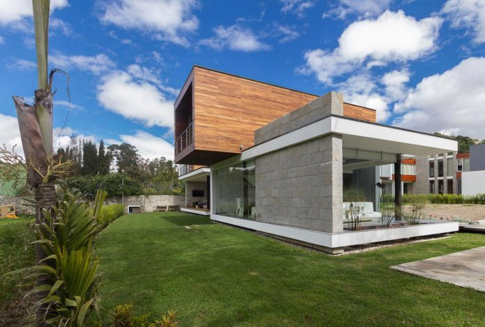 house-big-vain-glazed-obtaining-transparency-house-towards-natural-space-01