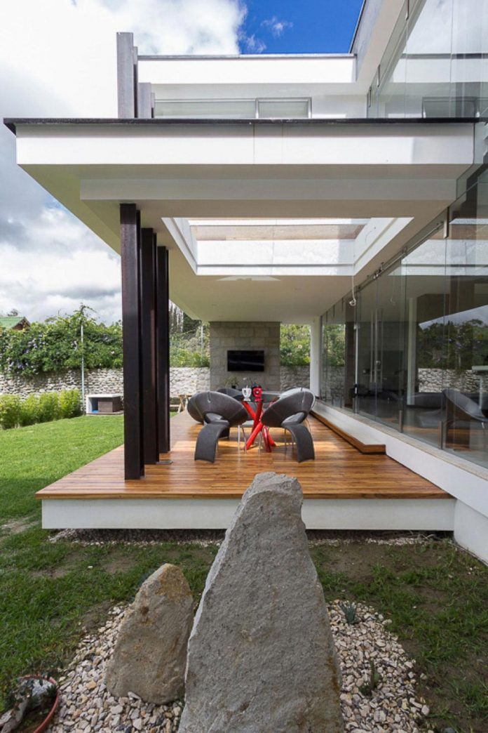 house-big-vain-glazed-obtaining-transparency-house-towards-natural-space-03