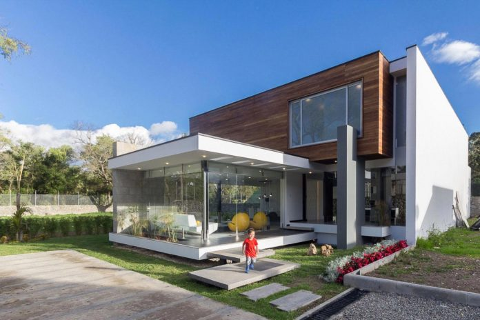 house-big-vain-glazed-obtaining-transparency-house-towards-natural-space-04