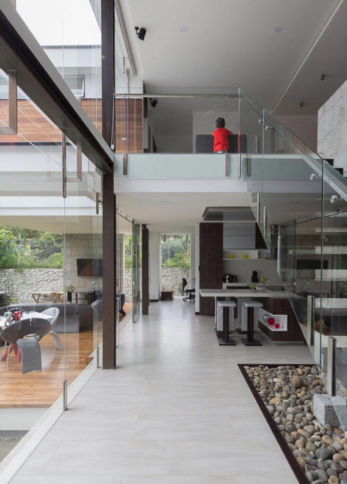 house-big-vain-glazed-obtaining-transparency-house-towards-natural-space-08