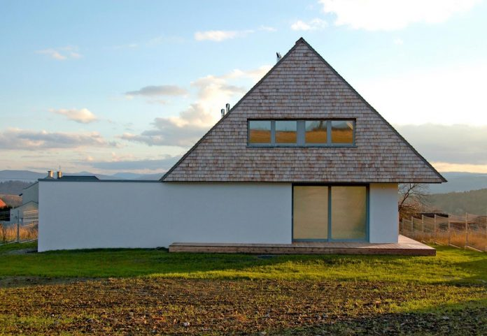 house-build-designed-reinterpreting-old-architecture-style-assigned-polish-mountains-03