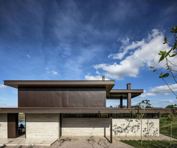 lightweight-structure-large-openings-glazed-surfaces-define-country-house-porto-feliz-sao-paulo-04