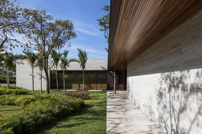 lightweight-structure-large-openings-glazed-surfaces-define-country-house-porto-feliz-sao-paulo-05