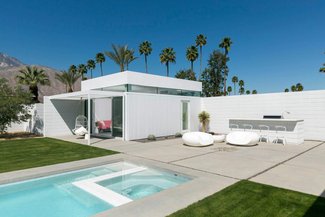 Midcentury modern white house in palm springs california for Mid century modern furniture palm springs
