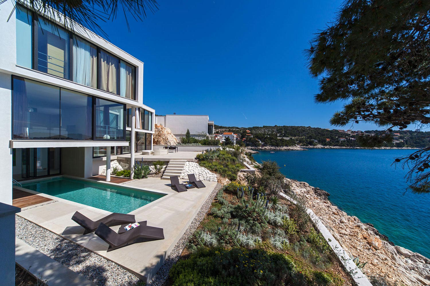 Modern complex of luxury villas and apartments in the for Villa de luxe moderne