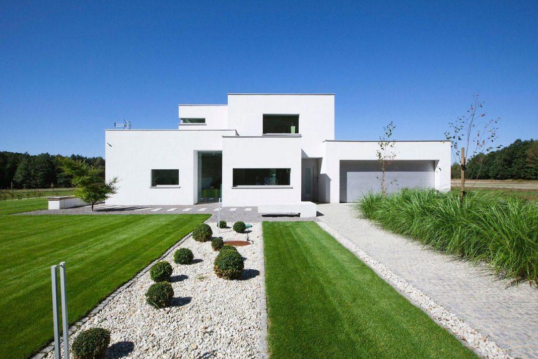 Modern Environmentally Friendly house designed by BXBstudio Boguslaw Barnas
