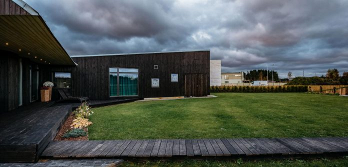 one-storey-home-inspired-plot-movement-sunlight-11