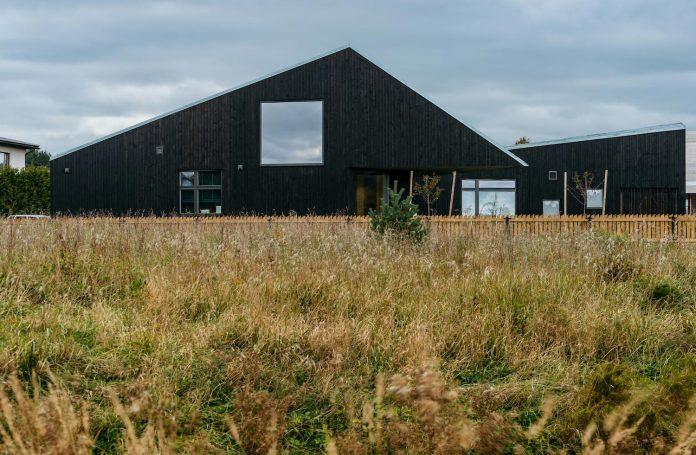 one-storey-home-inspired-plot-movement-sunlight-14