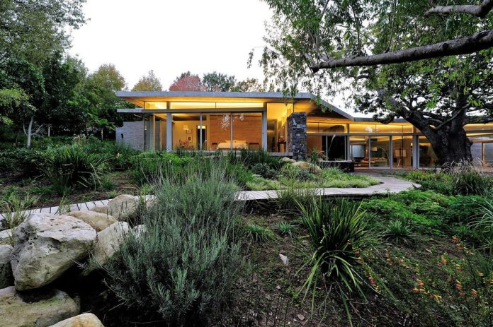 open-plan-house-defined-simplicity-lifestyle-ease-use-beautiful-wooded-riverside-site-constantia-valley-02