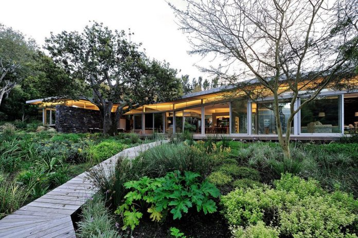 open-plan-house-defined-simplicity-lifestyle-ease-use-beautiful-wooded-riverside-site-constantia-valley-04