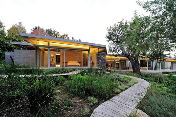 open-plan-house-defined-simplicity-lifestyle-ease-use-beautiful-wooded-riverside-site-constantia-valley-05