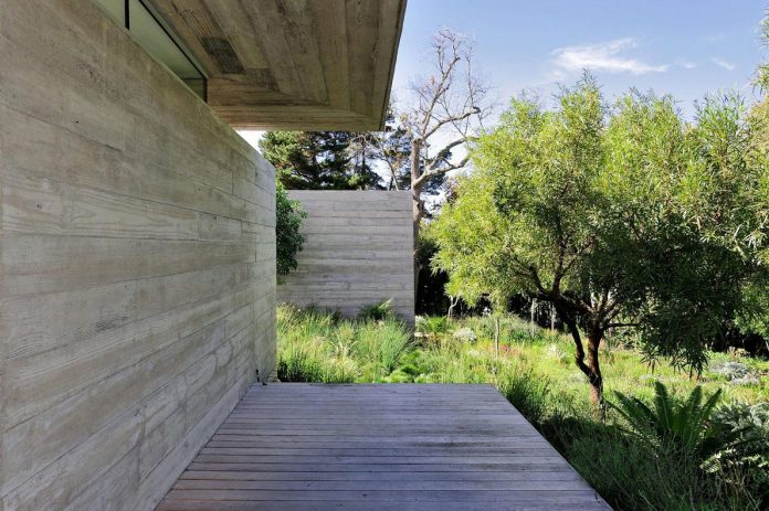 open-plan-house-defined-simplicity-lifestyle-ease-use-beautiful-wooded-riverside-site-constantia-valley-10