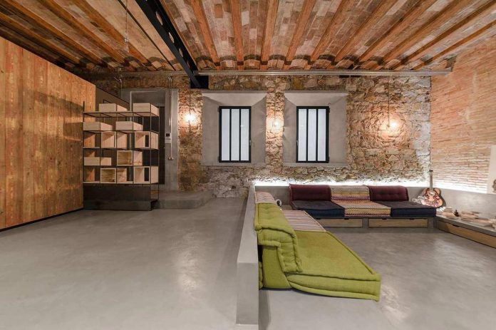 refurbishment-old-carpenters-workshop-stylish-loft-brick-stone-walls-02