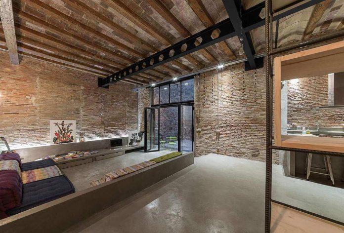 refurbishment-old-carpenters-workshop-stylish-loft-brick-stone-walls-04