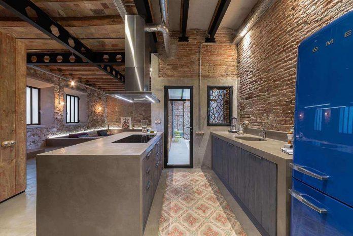 refurbishment-old-carpenters-workshop-stylish-loft-brick-stone-walls-05