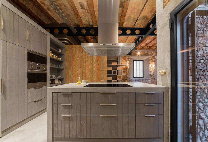refurbishment-old-carpenters-workshop-stylish-loft-brick-stone-walls-08