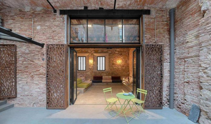 refurbishment-old-carpenters-workshop-stylish-loft-brick-stone-walls-09
